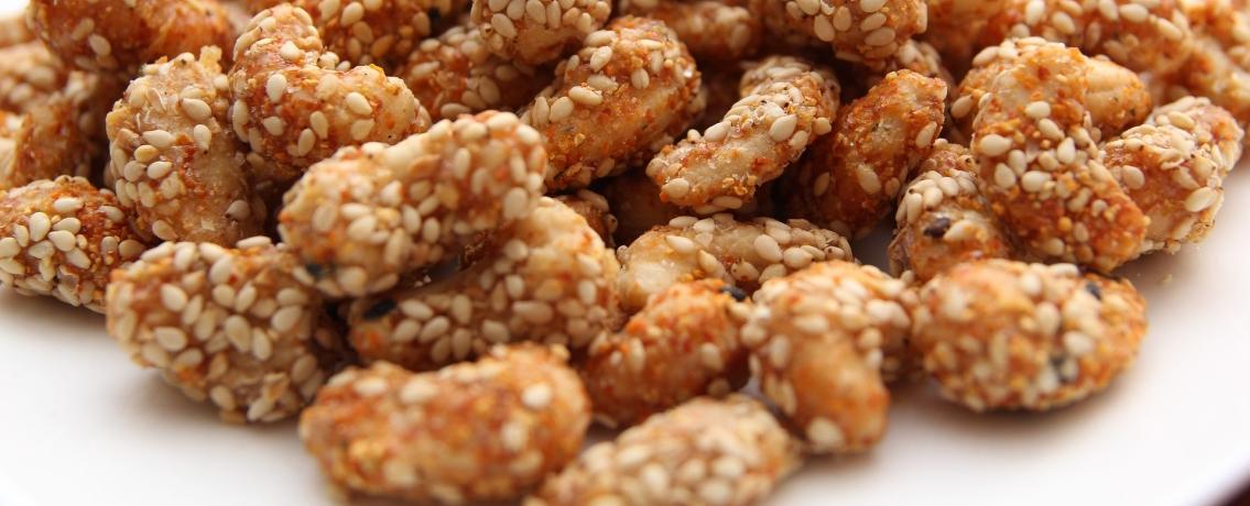חטיף מהחלומות: אגוזי קשיו מצופים בשומשום