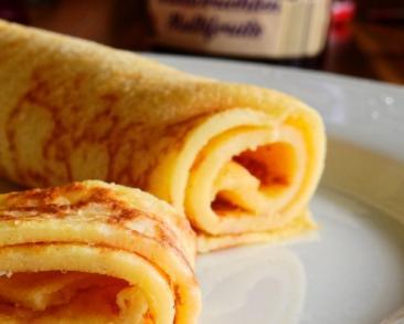קרפ צרפתי מגולגל עם גבינה צהובה מותכת