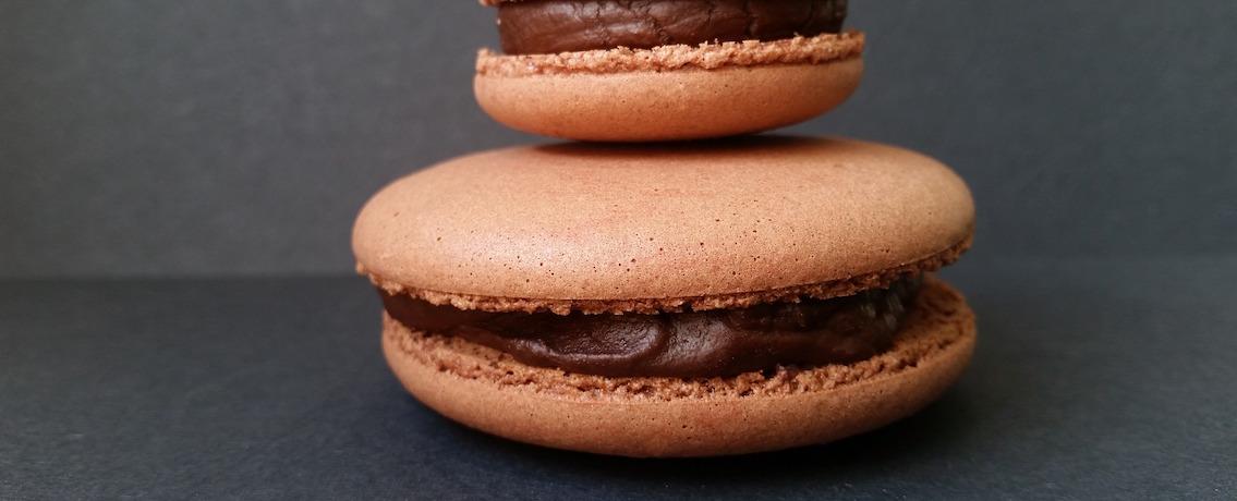 עוגיות מקרון במילוי גנאש שוקולד מפנק