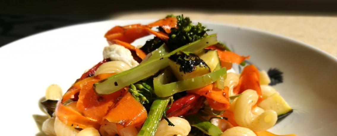 סלט פסטה עם ירקות שרופים ופטה