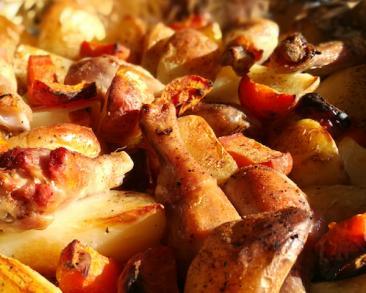 שוקי עוף (פולקעס) מתקתקים עם תפוחי אדמה בתנור
