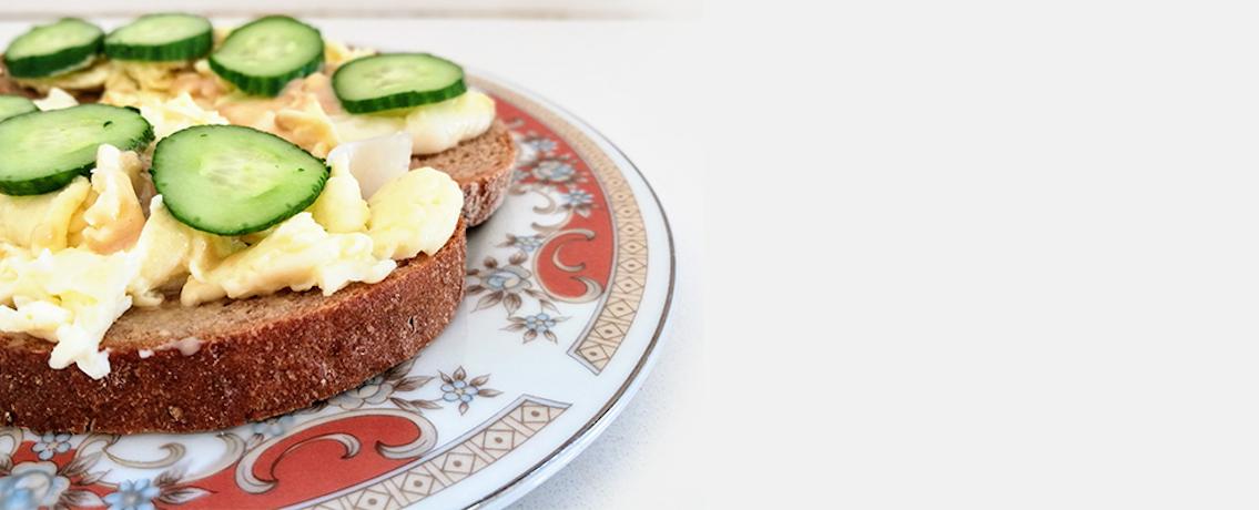 ביצים נימוחות על טוסט עם טחינה גולמית ומלפפון