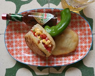 ארפה (פיתה מוונצואלה) ממולאת בתירס טרי ועגבניות