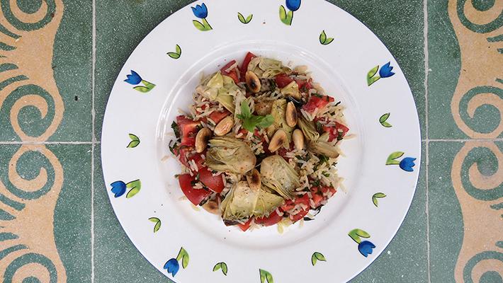 סלט חמים של אורז, עגבניות וארטישוק משומר