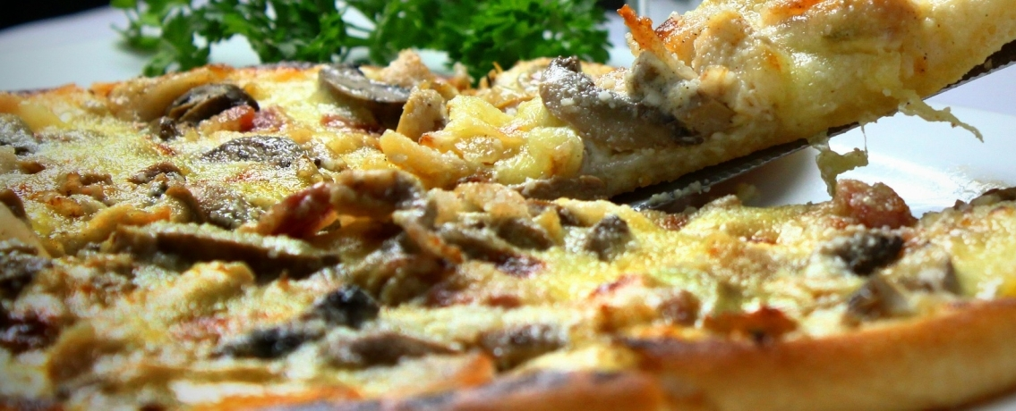 פיצה מלכותית עם פטריות ובצל מקורמל