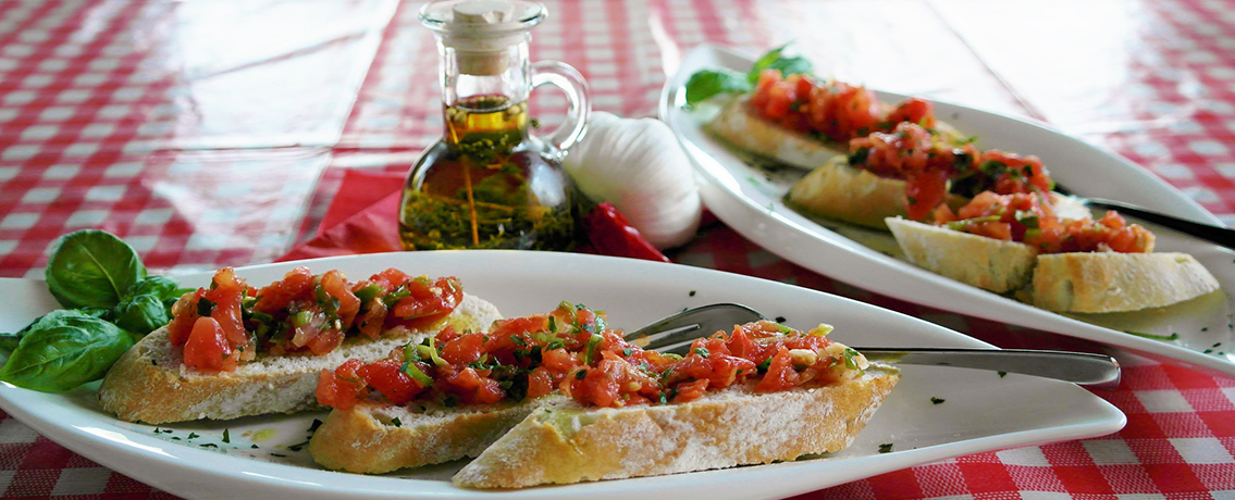 ברוסקטה עם עגבניות בשלות ובצל סגול