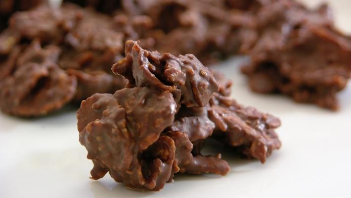 ממתקי קורנפלקס פריכים מצופים בשוקולד