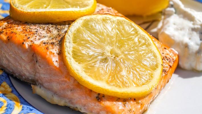 סלמון צלוי ברוטב סויה, חמאה וגרידת לימון