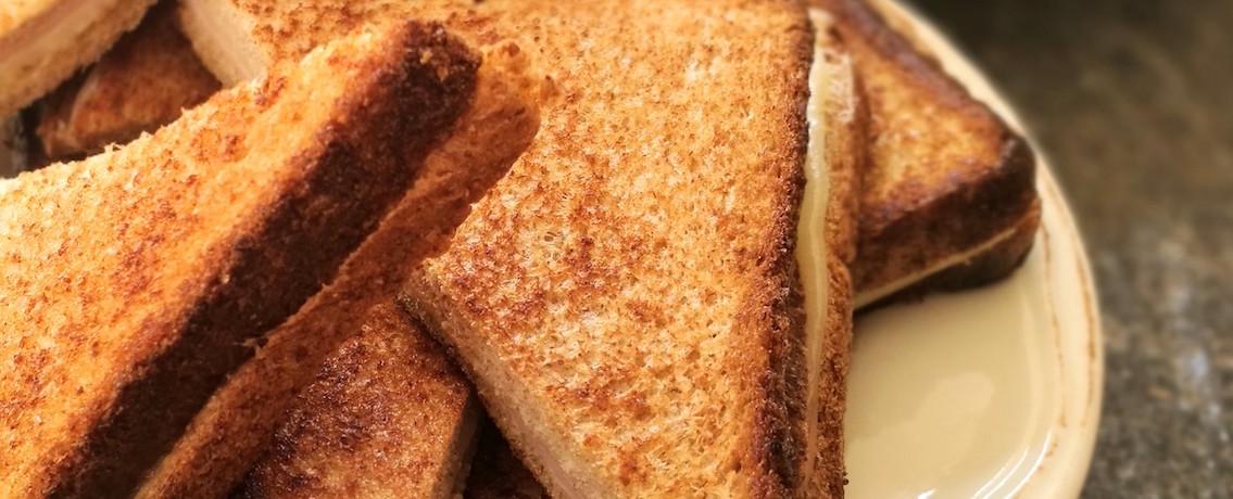טוסט גבינה צהובה אלוהי במחבת