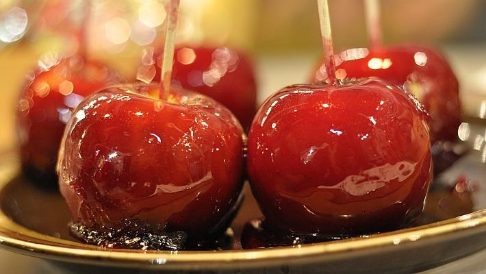 תפוחים מסוכרים על מקל