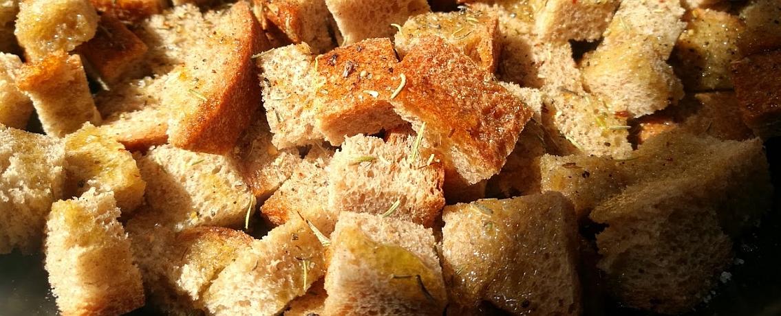 קרוטונים פריכים ומהירים בלי להדליק תנור