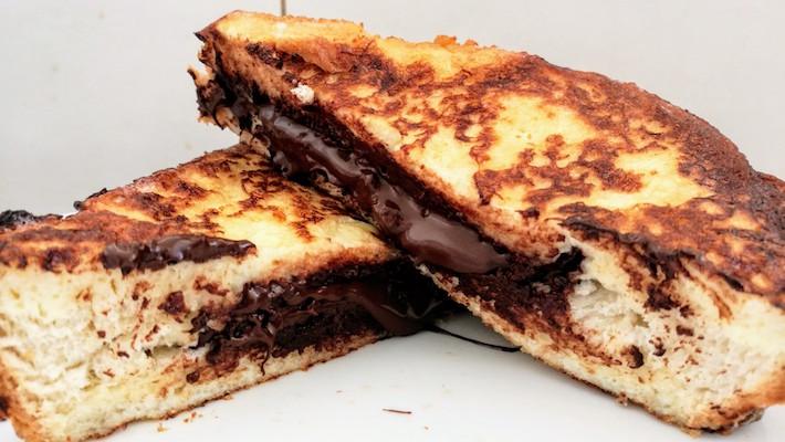 פרנץ׳ טוסט מושחת במיוחד: לחם מטוגן ממולא שוקולד