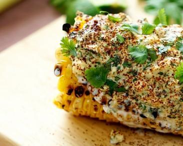 תירס בציפוי שמנת, מיונז ופרמזן - אוכל רחוב מקסיקני משגע