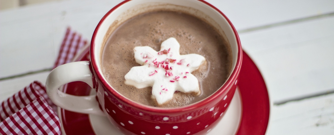 שוקו חם עם מרשמלו וקוביות שוקולד לפינוק אמיתי ומחמם
