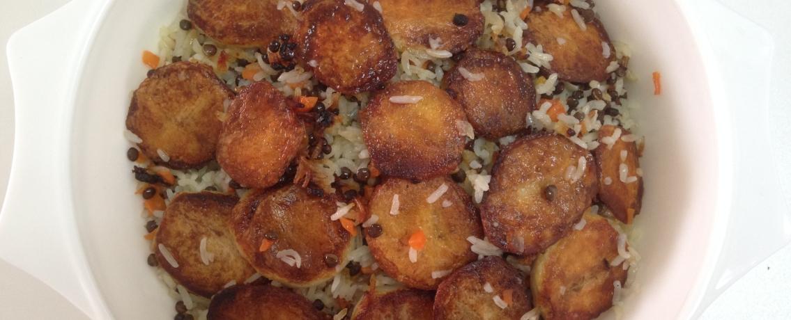 אורז פרסי חגיגי עם צימוקים, שקדים וגרגרי חומוס