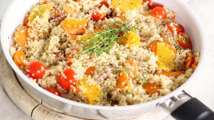 סלט קינואה, עגבניות שרי ופלחי תפוז במינימום עבודה