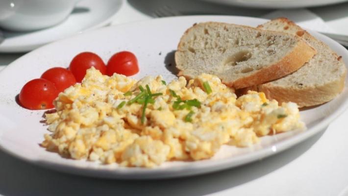 ביצה מקושקשת רכה ואוורירית לארוחת בוקר או ערב מושלמת