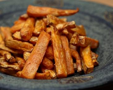 צ'יפס בטטה אפוי בתנור: מתקתק, בריא וטעים במיוחד