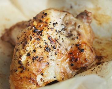 עוף שלם צלוי בתנור: הסוד לעוף עסיסי במיוחד