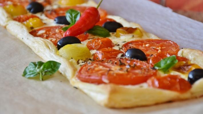 טארט עגבניות, מוצרלה וזיתים