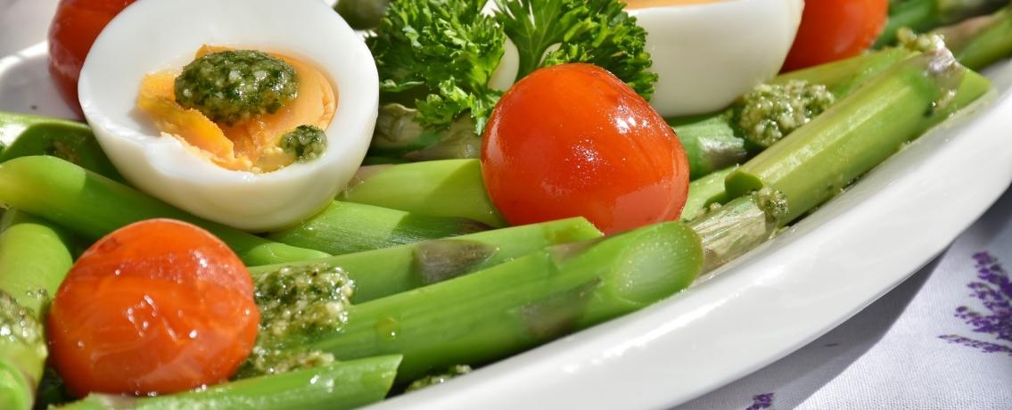 סלט אספרגוס עם ביצה קשה ועגבניות שרי